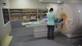 Gegevens verwerkt tomografielaboratorium Aftasten medische test /examination in het modern ziekenhuis De machine en de schermen v stock videobeelden