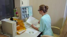 Gegevens verwerkt tomografielaboratorium Aftasten medische test /examination in het modern ziekenhuis De machine en de schermen v stock footage