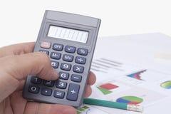 Gegevensverwerking op de calculator stock afbeelding