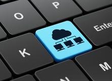 Gegevensverwerkingsconcept: Wolkennetwerk op de achtergrond van het computertoetsenbord Stock Fotografie