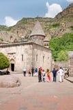 GEGHARD, ARMENIA-JUNE, 26: Turyści przy wiek wiekiem Zdjęcie Stock