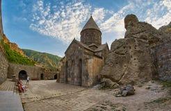 GEGHARD-KLOSTER, ARMENIEN - AUGUSTI 04, 2017: Geghard berg M Arkivfoto