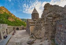 GEGHARD-KLOSTER, ARMENIEN - AUGUSTI 04, 2017: Geghard berg M Arkivbild