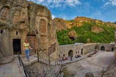 GEGHARD-KLOSTER, ARMENIEN - AUGUSTI 04, 2017: Geghard berg M Royaltyfri Fotografi