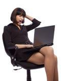 Gegilde donkerbruine vrouw in donkere kledingszitting Royalty-vrije Stock Fotografie
