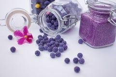 Geglaceerde bloemblaadjes van viooltjes in de ballen Stock Foto's