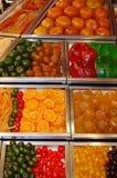Geglaceerde/glace fruitvertoning bij La Boqueria Stock Foto's