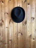 Geglaubter Hut auf einem hölzernen Hintergrund lizenzfreies stockfoto