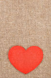 Geglaubtes rotes Herz auf der Leinwand Stockfotos