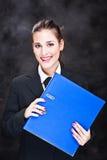 Geglimlachte bedrijfsvrouw met dossiers Stock Fotografie