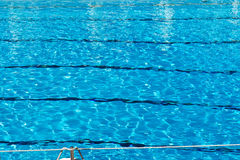 Gegolft patroon van water in een zwembad Stock Foto's