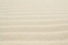 Gegolft zand op de overzeese die kust door wind en water wordt gevormd royalty-vrije stock foto's
