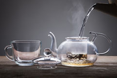 Gegossen aus einer Teekanne Stockfoto