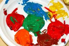 Gegossene Farbe von verschiedenen Farben Gouache, acrylsauer Stockfotos