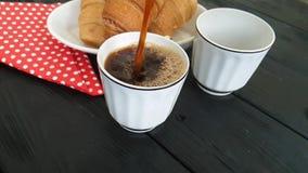 gegoten in een kop van koffie, een croissant stock video