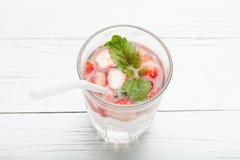 Gegoten fruitwater, aardbei anti-oxyderend dieet, detox drank royalty-vrije stock foto