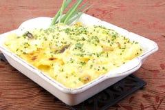 Gegratineerde aardappels in vierkante ceramische schotel Stock Afbeelding