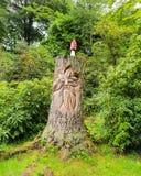 Gegraveerde bosboom met de bovenkant van de giftige paddestoelpaddestoel royalty-vrije stock afbeeldingen