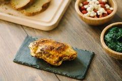 Gegrillte, angefüllte Hühnerbrust mit Brot und Salat lizenzfreies stockfoto