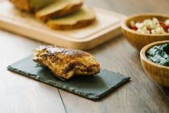 Gegrillte, angefüllte Hühnerbrust mit Brot und Salat stockbilder