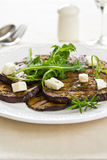 Gegrillte Aubergine mit Feta- und Rocket-Salat Stockfotos