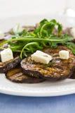 Gegrillte Aubergine mit Feta- und Rocket-Salat Stockfoto