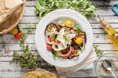 Gegrillte Aubergine mit Tomaten stockbilder