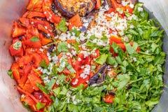 Gegrillte Aubergine und Paprika mit Kräutern, Knoblauch und Olivenöl Lizenzfreie Stockfotografie