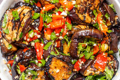 Gegrillte Aubergine und Paprika mit Kräutern, Knoblauch und Olivenöl Stockbild