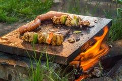 Gegrillte Aufsteckspindel, Würste und Steak Lizenzfreies Stockfoto