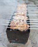Gegrillte Aufsteckspindeln auf dem Grill Stockfotos