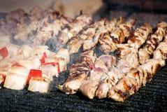 Gegrillte Aufsteckspindeln des Fleisches und des Speckes Stockfoto