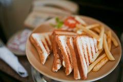 Gegrillte belegte Brote mit Hühnerfleisch Lizenzfreie Stockbilder