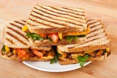Gegrillte belegte Brote mit Hühnerfleisch auf einer Platte Lizenzfreie Stockbilder