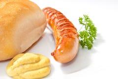 Gegrillte Bratwurst mit Senf, Brot Stockfoto