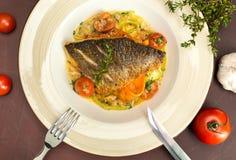 Gegrillte dorado Fische mit gebratenen Kartoffeln, Zitrone und Tomate Lizenzfreie Stockfotos