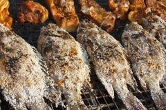 Gegrillte Fisch- und Schweinekoteletts Stockfotos