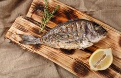Gegrillte Fische auf Klotz mit Zitrone und Kräutern Asien Stockbild