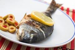 Gegrillte Fische auf Teller Stockfotos