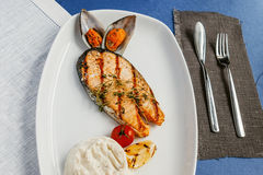Gegrillte Fische, Lachssteak stockbilder