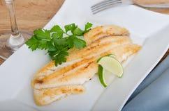 Gegrillte Fische mit roten Kartoffeln Stockfotos