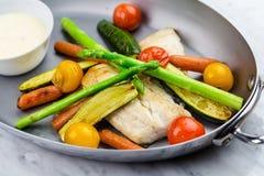 Gegrillte Fische und Gemüse mit Soße Lizenzfreie Stockbilder