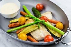 Gegrillte Fische und Gemüse mit Soße Stockfoto