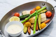 Gegrillte Fische und Gemüse mit Soße Lizenzfreie Stockfotografie
