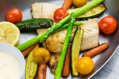 Gegrillte Fische und Gemüse mit Soße Lizenzfreie Stockfotos