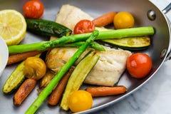 Gegrillte Fische und Gemüse mit Soße Stockfotografie