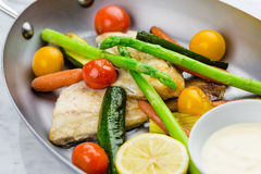 Gegrillte Fische und Gemüse mit Soße Stockfotos