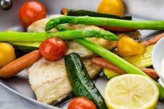 Gegrillte Fische und Gemüse mit Soße Stockbild