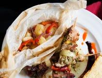 Gegrillte Fleischaufsteckspindeln mit Gemüse Stockfotos