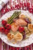 Gegrillte Forelle mit Gemüse und Kamm-Muscheln lizenzfreies stockbild